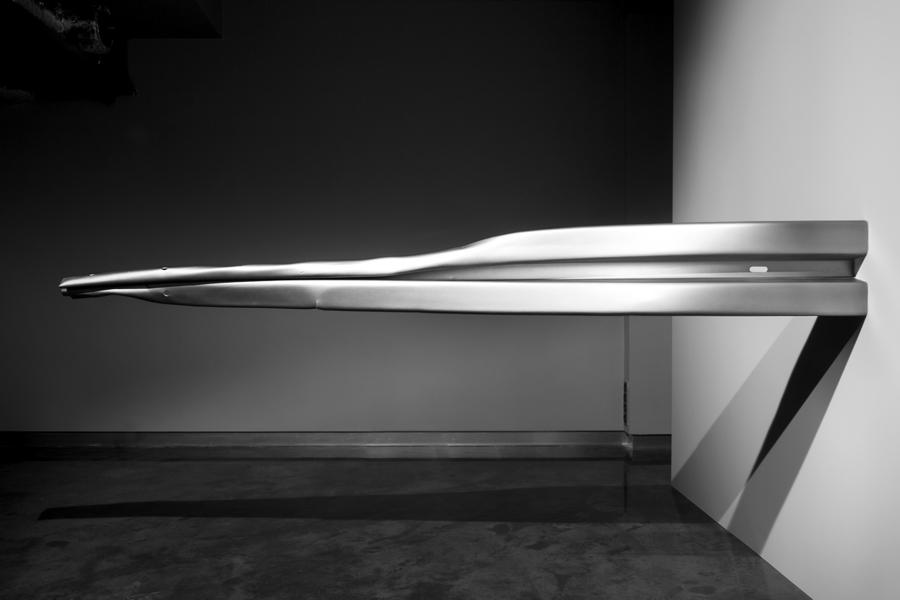 Warm Leatherette: Chłonna, 2012, instalacja, widok instalacji wCzytelni Sztuki wGlwicach, stal, srebrny lakier samochodowy (całość 3x3x3m, bariera 308cm x 40cm x 40cm)
