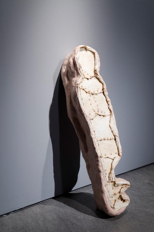Izabela Tarasewicz, Mały człowiek, 2009, preparowane pęcherze wieprzowe, plastelina, styropian, żywica
