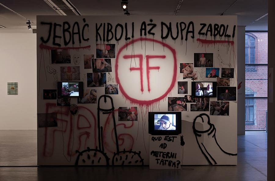"""Karol Radziszewski, """"Fag Fighters"""", 2006-2014, fototapeta, wideo, fotografie, wydruki, dzięki uprzejmości artysty"""