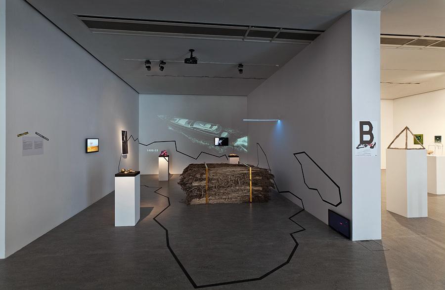 """Widok ekspozycji """"Crimestory"""" zpracami Piotra Grabowskiego """"Friendly Nuke"""", Twożywa iRoberta Wałęki, dzięki uprzejmości artystów"""