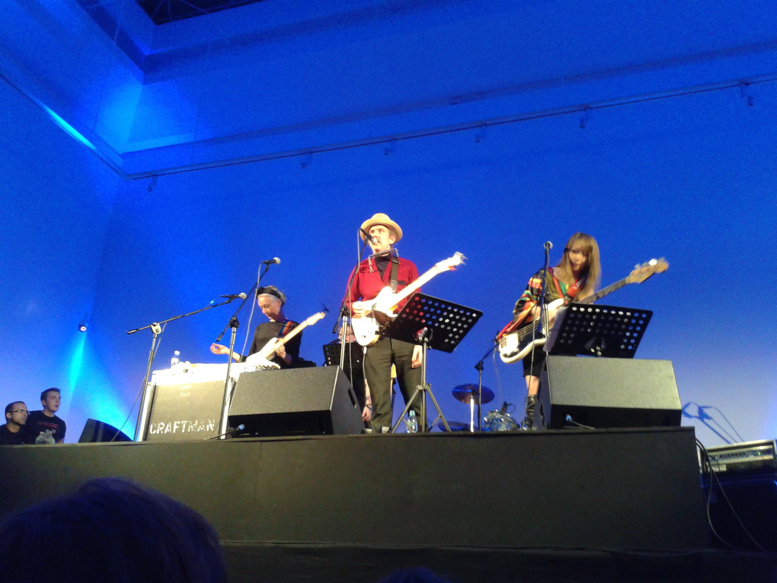 Martin Creed ijego zespół podczas festiwalu The Artists