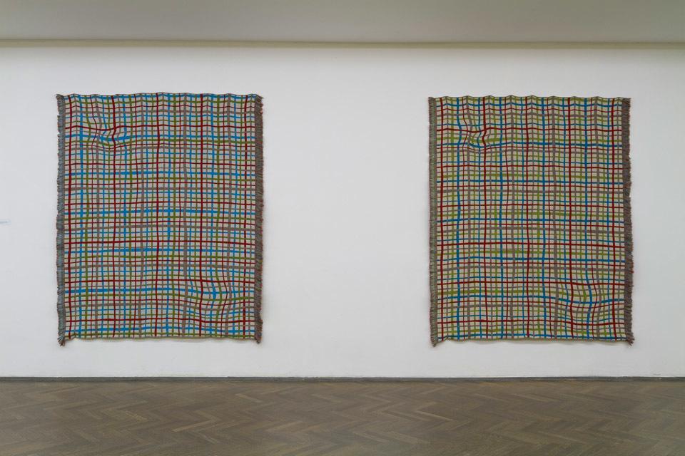 """Alicja Bielawska,""""Kiedy rzeczy znajdą swoje miejsce (niebieski koc)"""", 2013, wełna, bawełna, """"Kiedy rzeczy znajdą swoje miejsce (zielony koc)"""", 2013, wełna, bawełna Wykonane wTextileLab TextileMuseum, Tilburg, Holandia"""