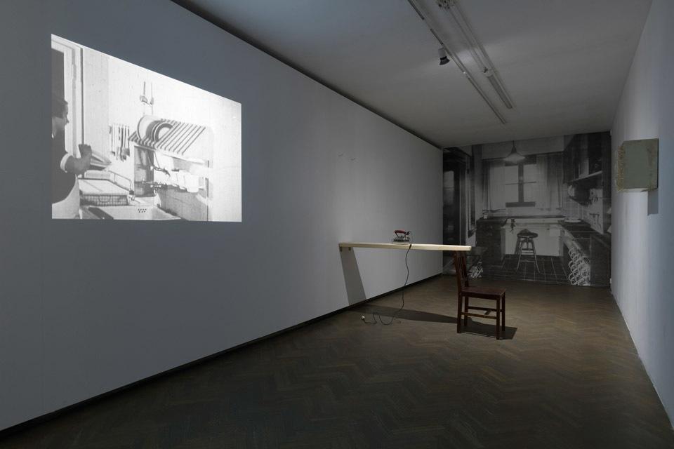Aranżacja scenograficzna kuchni wstylu Bauhaus,Fragment nagrania filmowego zlat 30. XX w. zdokumentacją kuchni Bauhaus