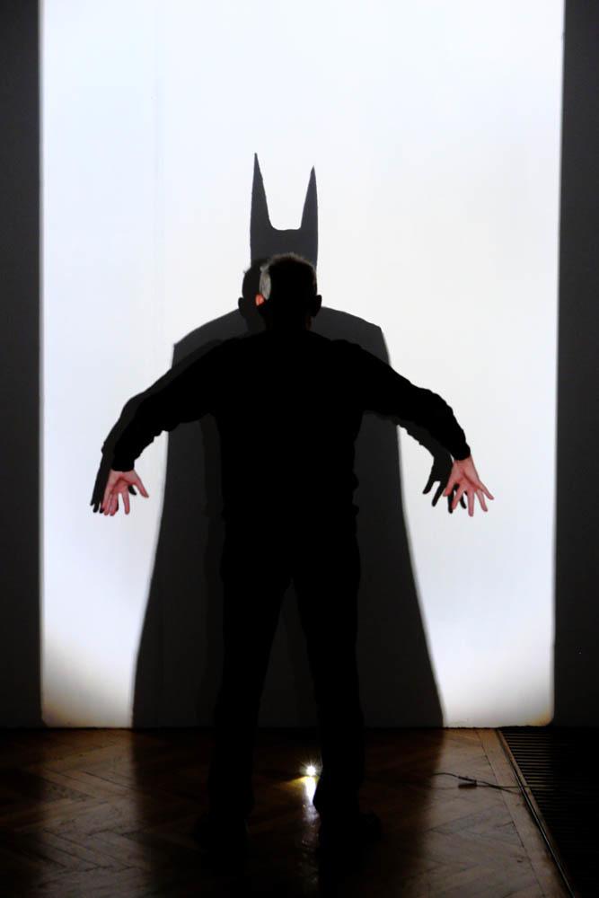 Łukasz Jastrubczak, Batman, instalacja, rzutnik, czujnik ruchu, dioda, 2008