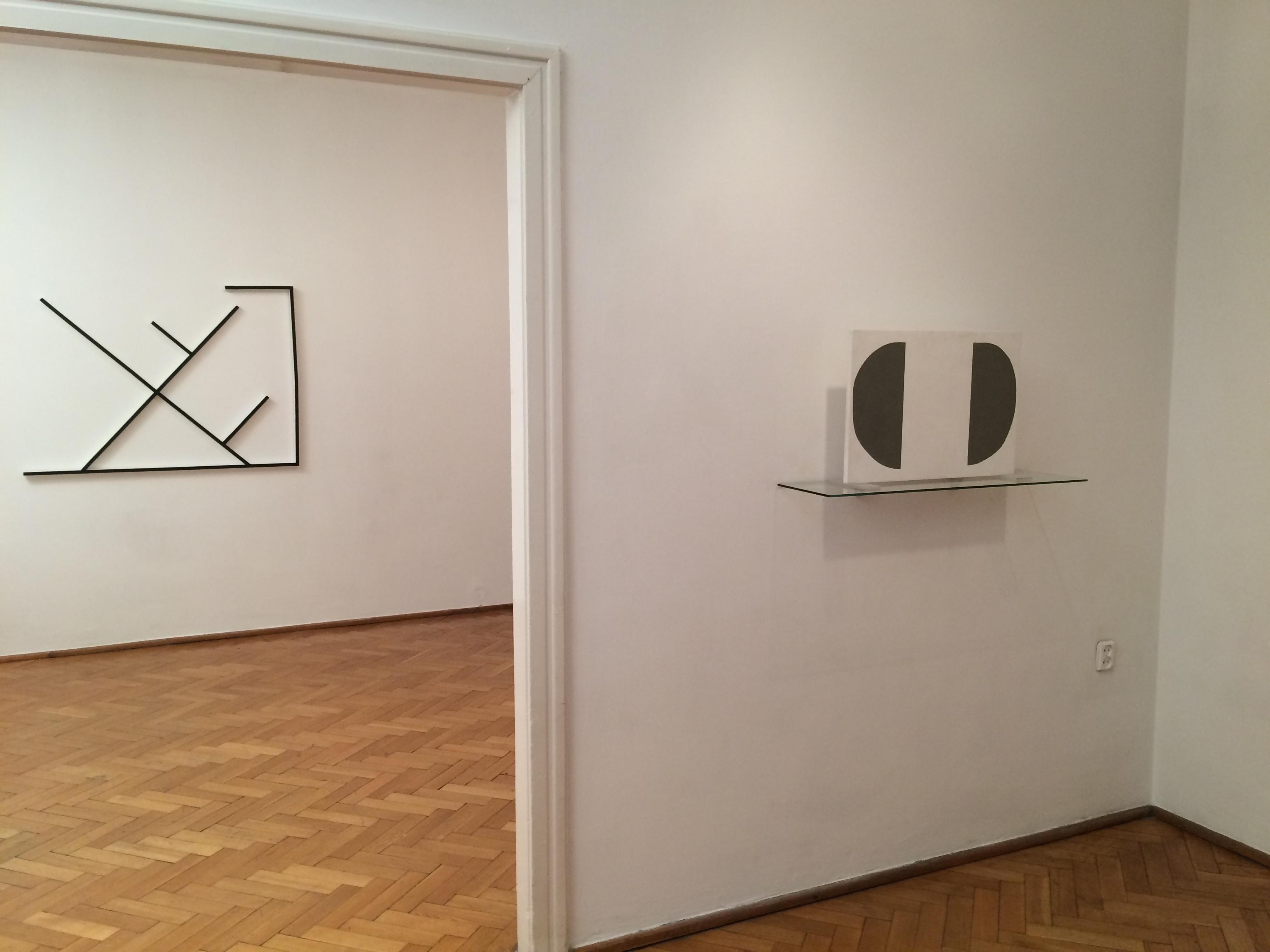 Grzegorz Sztwiertnia, Projekt ściany  terapeutycznej nr2, tempera nadesce,  mural, 2005; Tomek Baran, bez tytułu, relief, drewno,  akryl, 2010