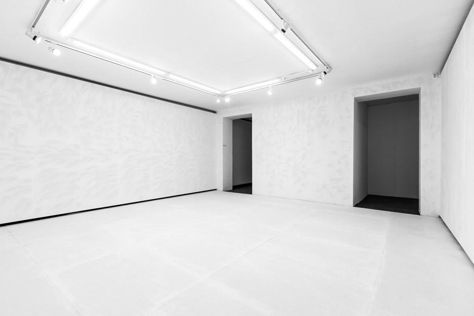Justyna Kisielewska beztytułu, 2015 kulki szklane ○ 0,5 mm, emulsja, gips-karton, płyta wiórowa