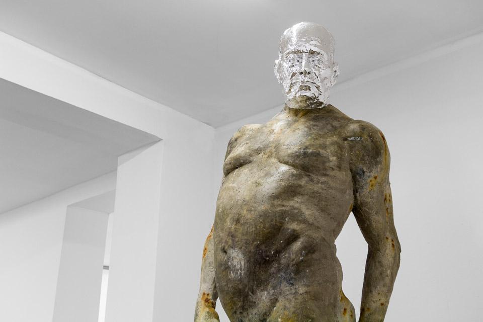 Mateusz Choróbski  Człowiek piękny, żywica, aluminium, 2015