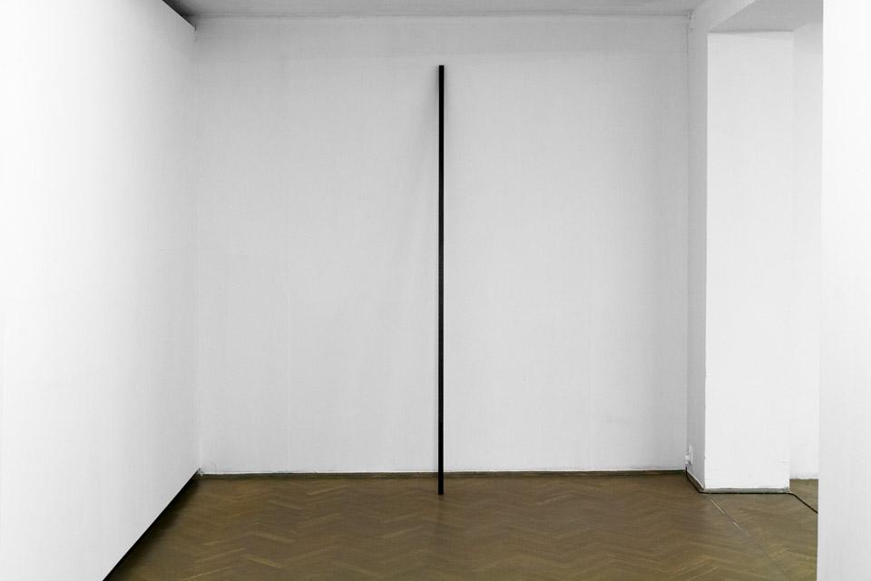 Mateusz Choróbski, 8,2 feets, obiekt, marmur, 250 x 3,5 cm, 2015