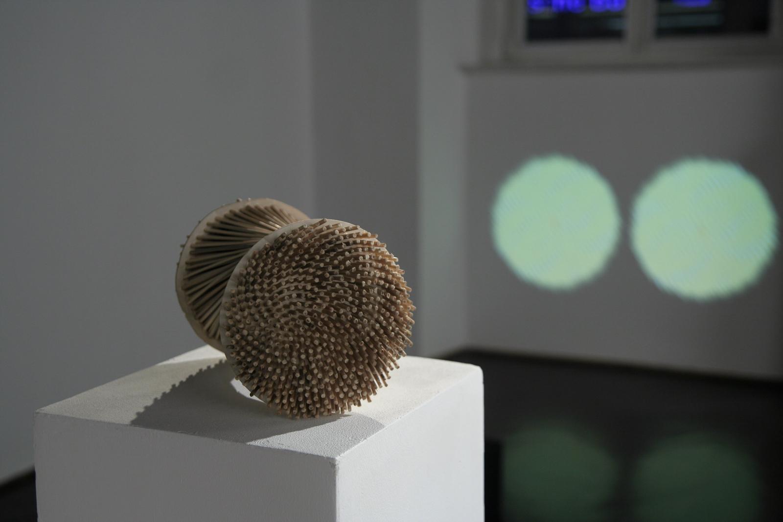 Szymon Kobylarz, 34/55, model, karton, drewno, 2014; 34/55, projekcja, 2014 - dzięki uprzejmości Galerii ŻAK | BRANICKA