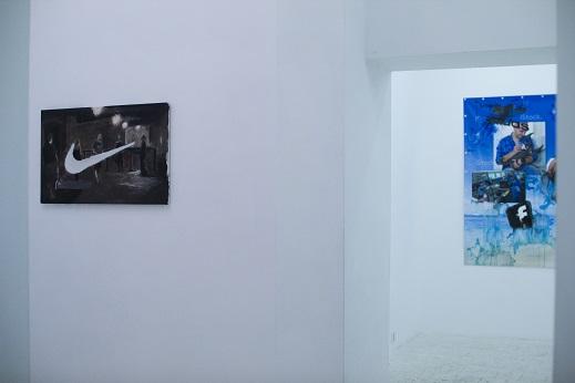 Gas chamber, M.Linow, odmalowany ipad oil paint napłótnie, 2015; Azjatycka imigrantka niosąca torbę zBiedronki nagłowie, Stach Szumski, video 1:24 , Warszawa 2014