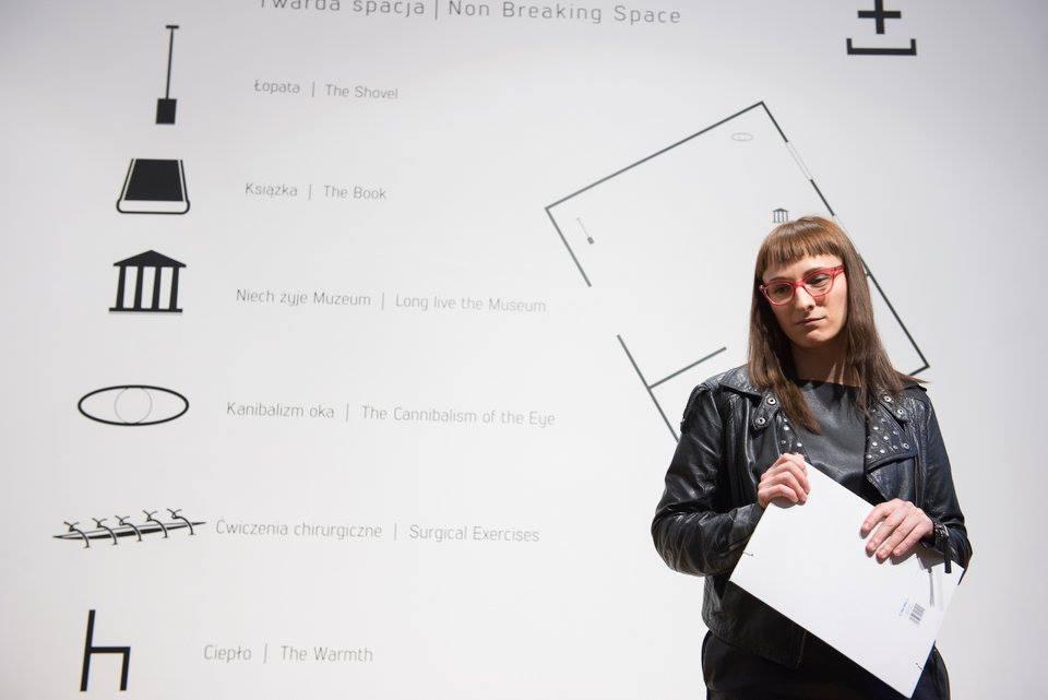 Zadumana Natalia Wiśniewska podczas otwarcia swojej wystawy wgalerii Miłość