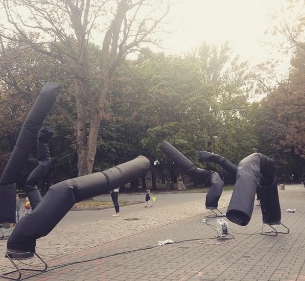 Otwarcie wystawy Kurz wZamku Ujazdowskim, instalacja Komuny Warszawa przedwejściem