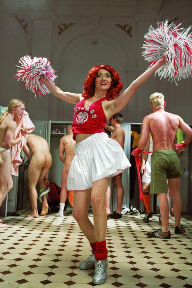 Katarzyna Kozyra, Cheerleaderka, 2006, z cyklu W sztuce marzenia stają się rzeczywistością,  Kadr filmu, 4:30 min, fotografia: Marcin Oliva Soto  © Artystka, dzięki uprzejmości ZAK |BRANICKA