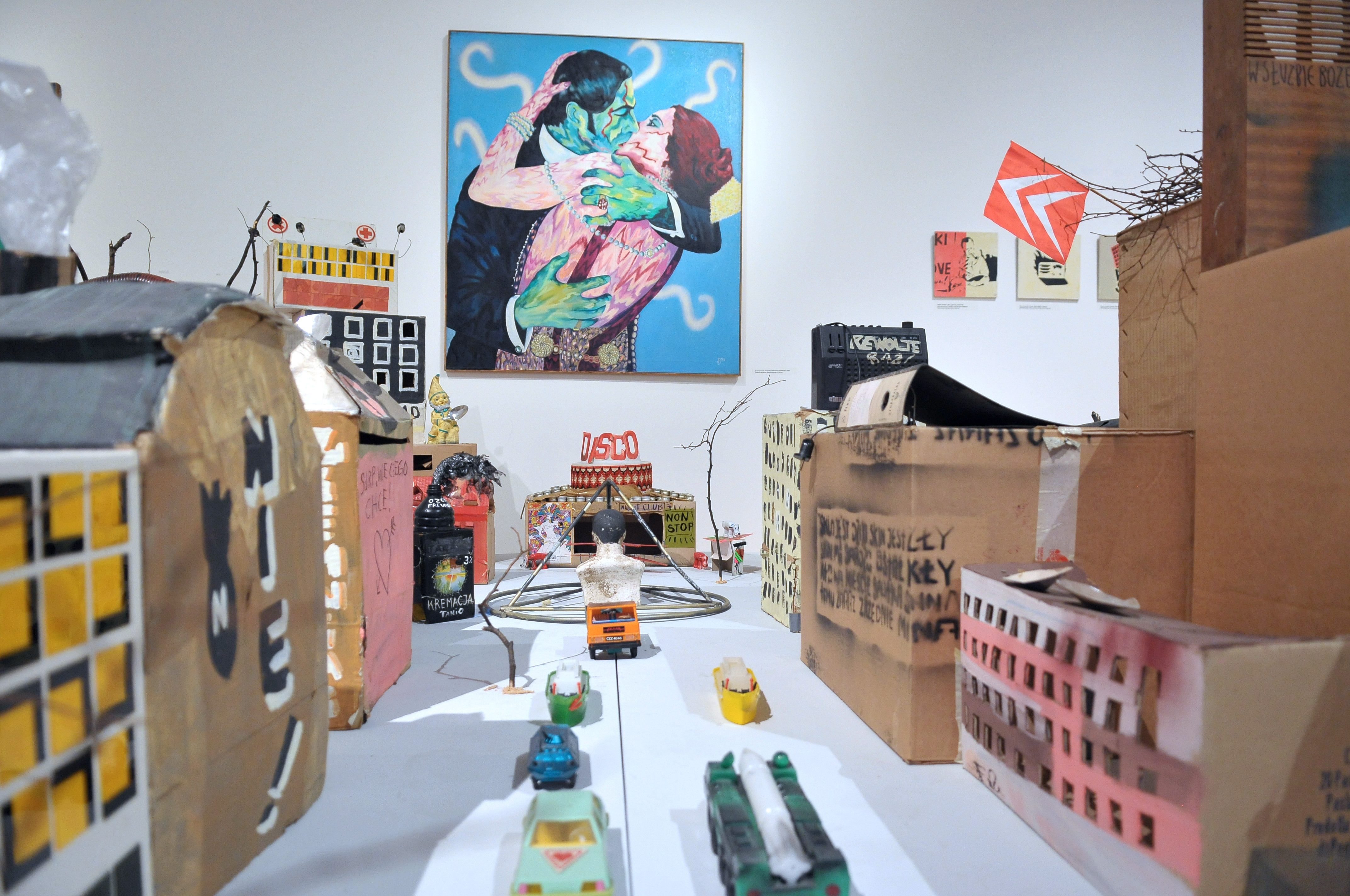 Grupa Luxus, Ity możesz zostać King Kongiem, instalacja, 1987–1991, kolekcja MWW. Wtle: Bożena Grzyb-Jarodzka, Elektryczny pocałunek, 1993, olej, płótno, kolekcja MWW
