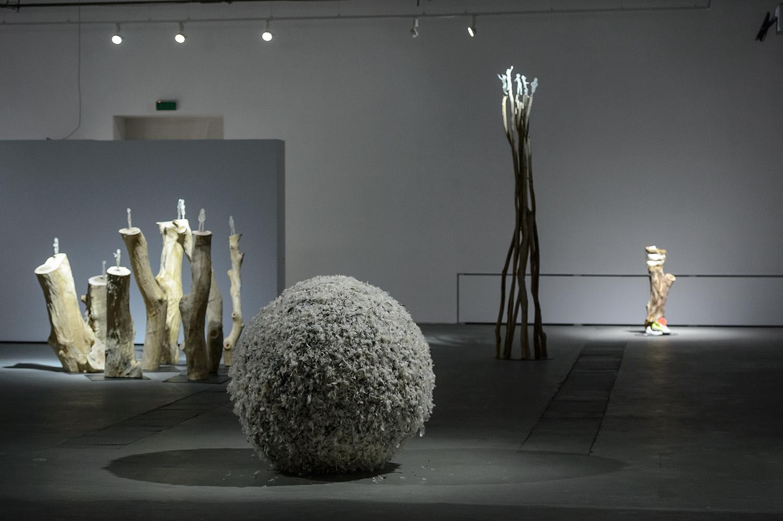 Na pierwszym planie: Zuzanna Janin, Wstyd, 2016; wgłębi odlewej: Siedem tańców,  2016; Siedem tańców. Stos, 2016; Ocaleńcy, 2016