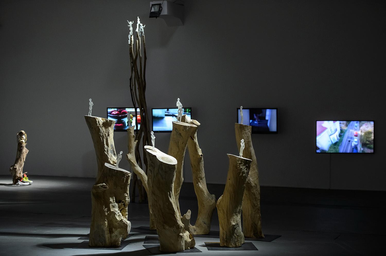 Siedem tanców, widok wystawy, napierwszym planie: Siedem tańców, 2016; Siedem tańców. Stos 2016; wgłębi odlewej: Ocaleńcy, 2016; Dom jako urządzenie optyczne, Taniec jako urządzenie mapujące, 2014-2016