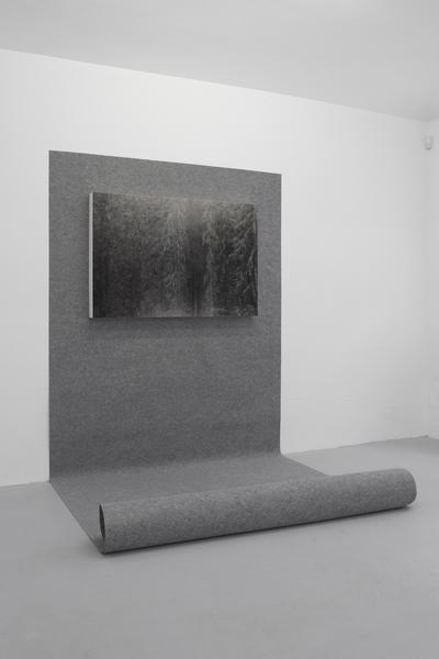 Mateusz Sadowski,  Kończy się, 2012, wydruk archiwalny, mdf, wykładzina, własność: Galeria Stereo