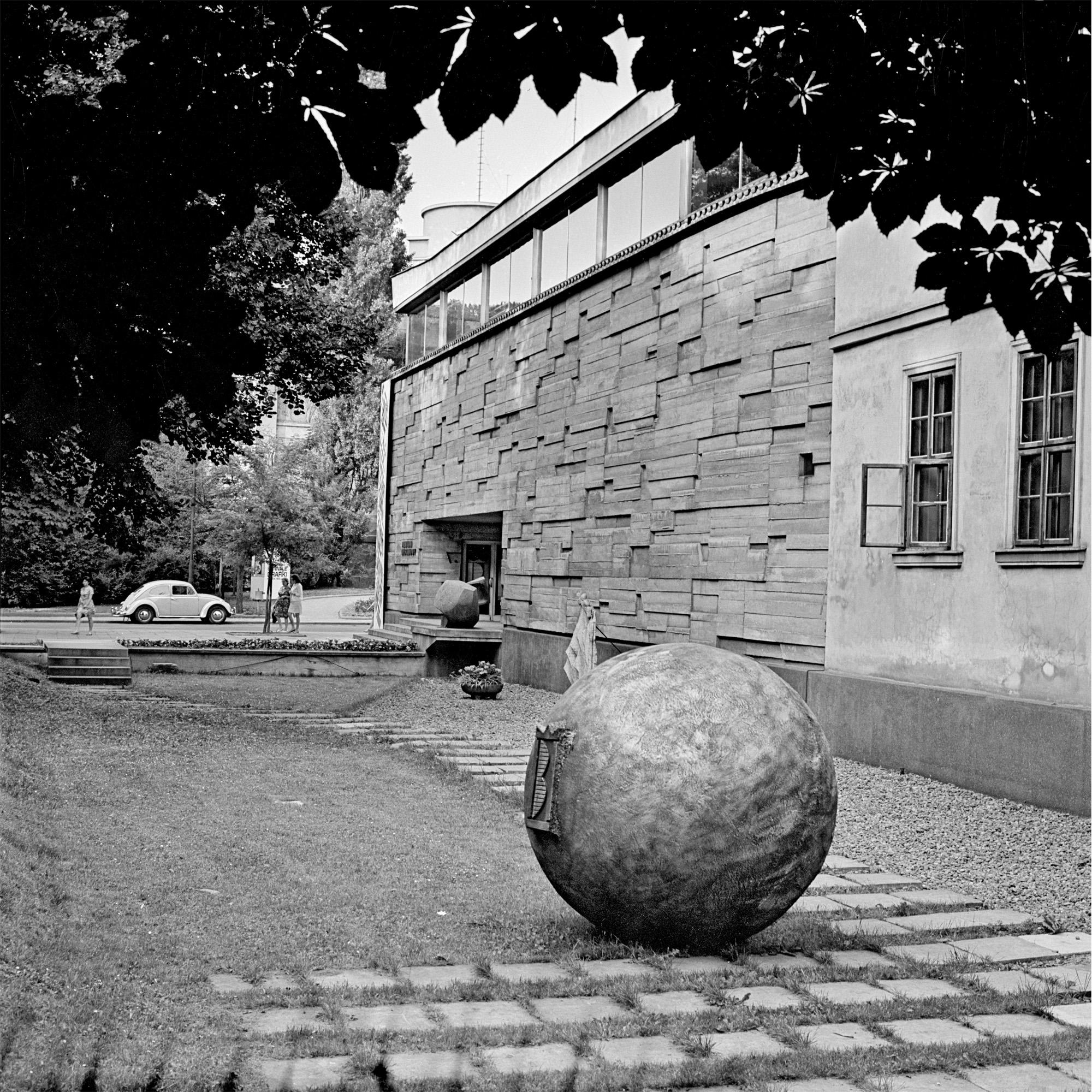 Teren ekspozycyjny przedMPW, lata 60. XX wieku, fot.J. Podlecki, zzasobu Muzeum Historycznego Miasta Krakowa