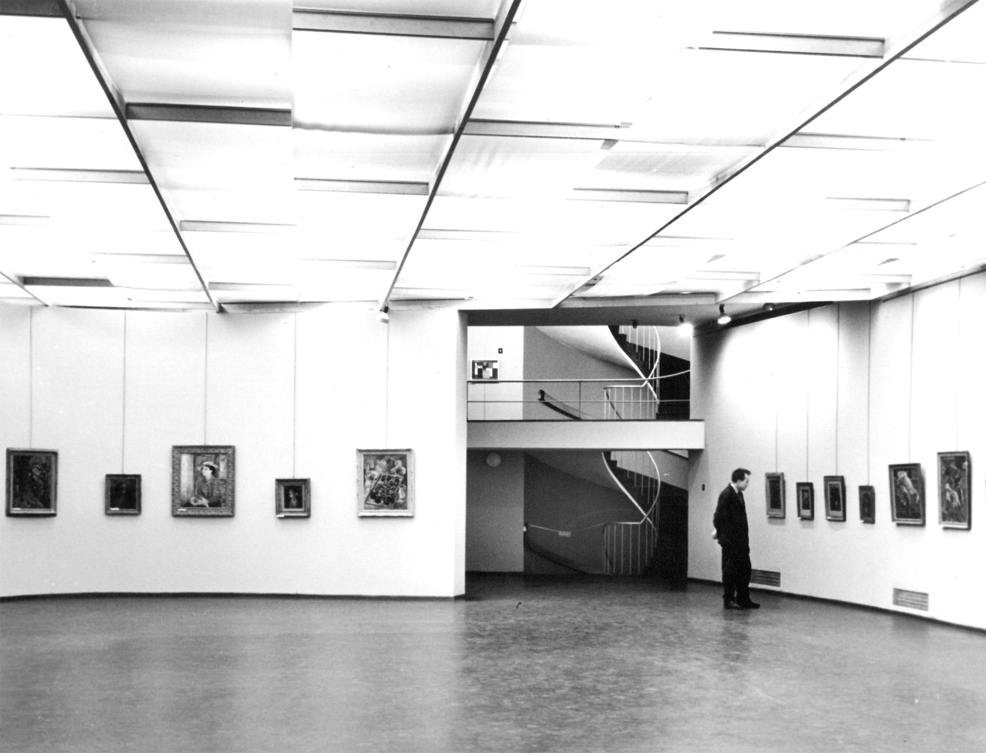 Sala wystawiennicza na parterze MPW z widokiem na krętą klatkę schodową, lata 60. XX wieku, fot. D. Zawadzki, z zasobu Archiwum Galerii Bunkier Sztuki