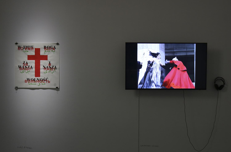 Od lewej: Slavs and Tatars, Zawaszą inaszą wolność, sitodruk 2013; Katarzyna Kozyra, Madonna zRegensburga, wideo, 2005, fot.Diana Kołczewska