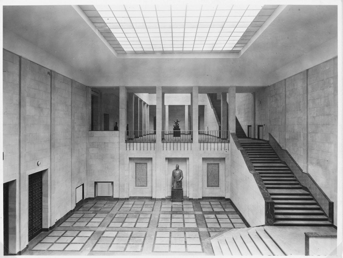 Muzeum Narodowe w Warszawie, wnętrze gmachu – widok hallu głównego w kierunku lewego podestu, fotografia, 1938, fot. nieznany / MNW