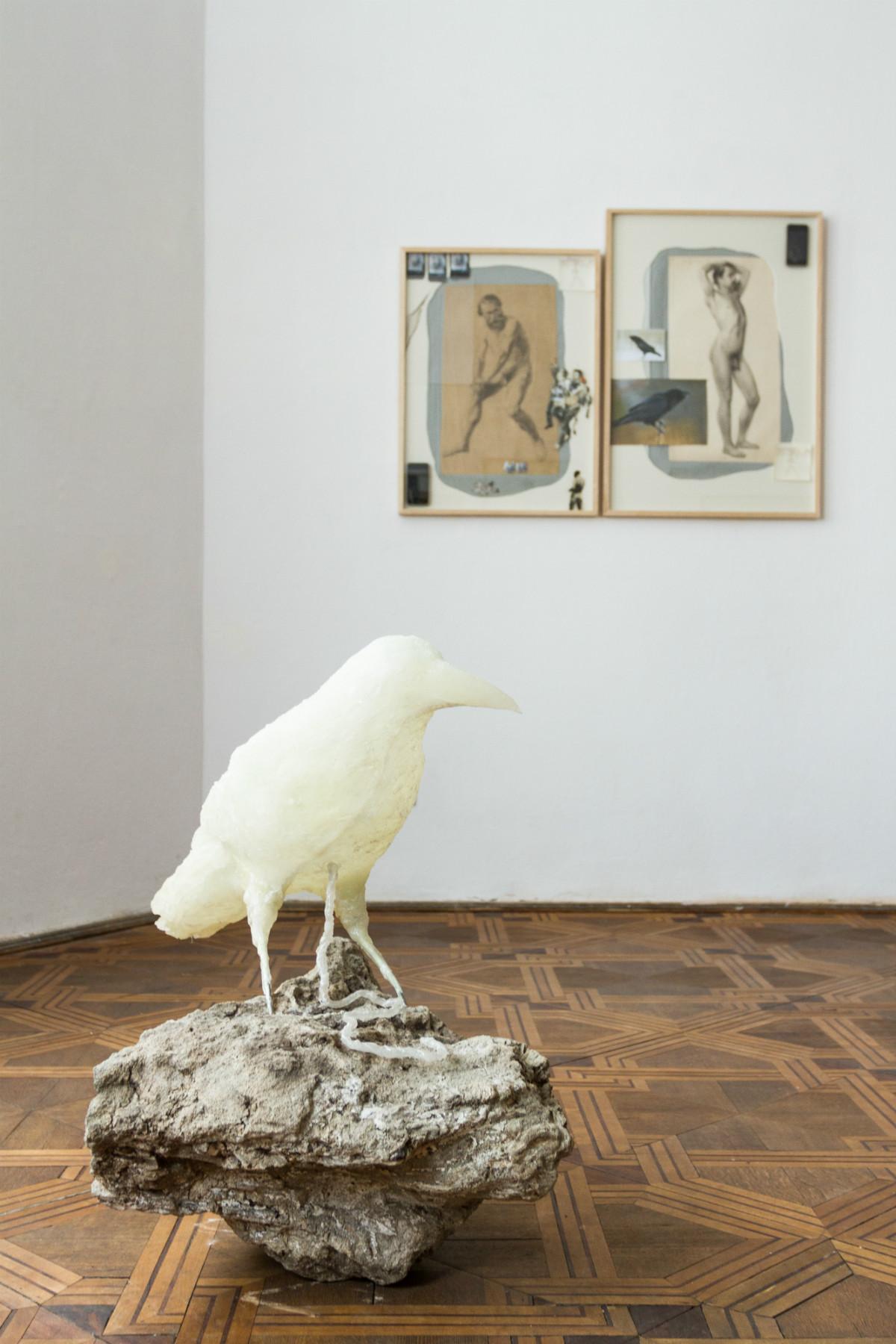 Zuzanna Janin, Biała kruk z pępowiną, rzeźba, żywica epoksydowa, srebrny pigment, betonowa plomba brzozy, 2016