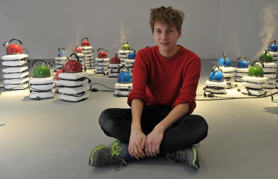Piotr Urbaniec podczas wernisażu wystawy wProject Roomie. Jeszcze szczęśliwy inie przeczuwający zbliżającego się skandalu