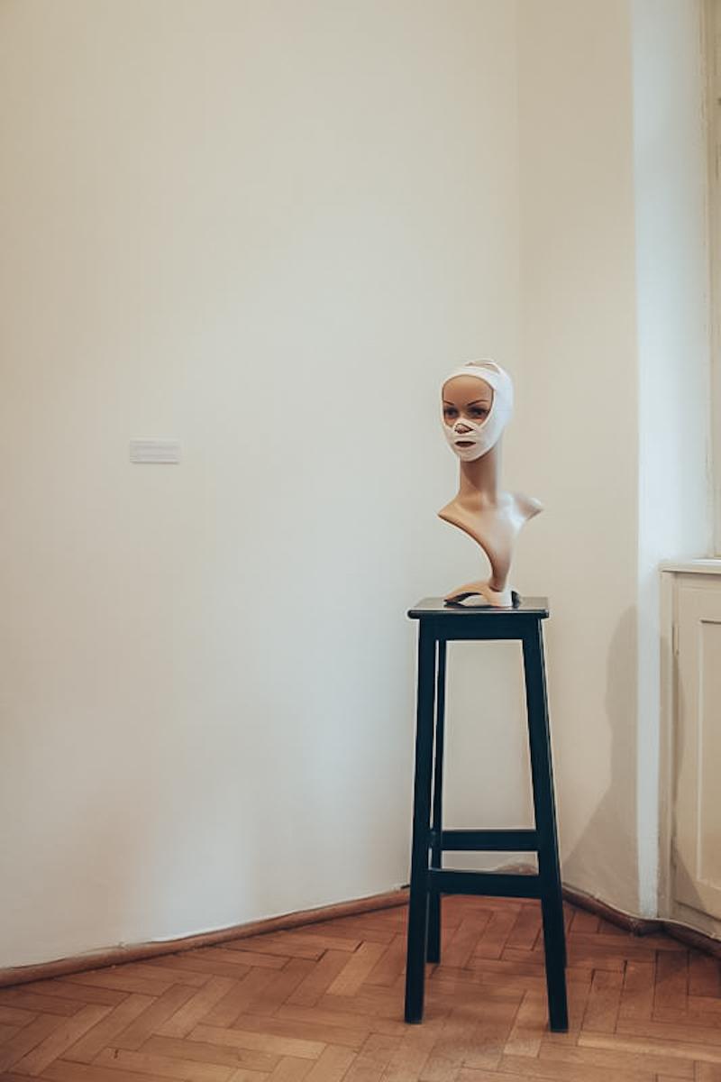 Hubert Gromny, Work B**ch, widok napracę Elaine Vassal, Face Bra, 1997, dzięki uprzejmości Galerii F.A.I.T.