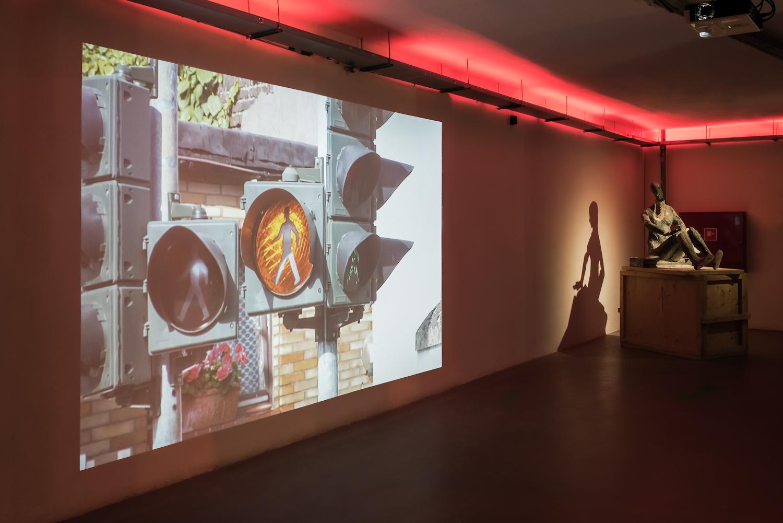 Z lewej: Johanna Billing, Pulheim Jam Session, 2015, propozycja zakupu na2016 rok, dzięki uprzejmości Hollybush Gardens Gallery, Londyn. Zprawej: Dominik Lang, Clocks Going Backwards (Dislocation From Its Own History), 2014, propozycja zakupu na2016 rok, dzięki uprzejmości Galerie Krobath, Wiedeń