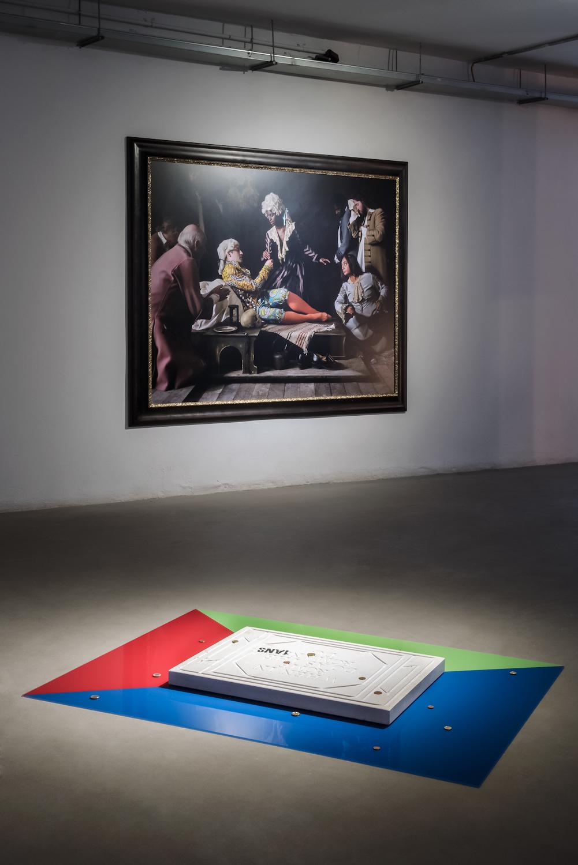 Na pierwszym planie: Slavs and Tatars, When in Rome, 2010, kolekcja MWW. Wtle: Yinka Shonibare, Fake Death Picture (The Death of St Francis — Bartolomé Carducho), 2011, kolekcja MWW