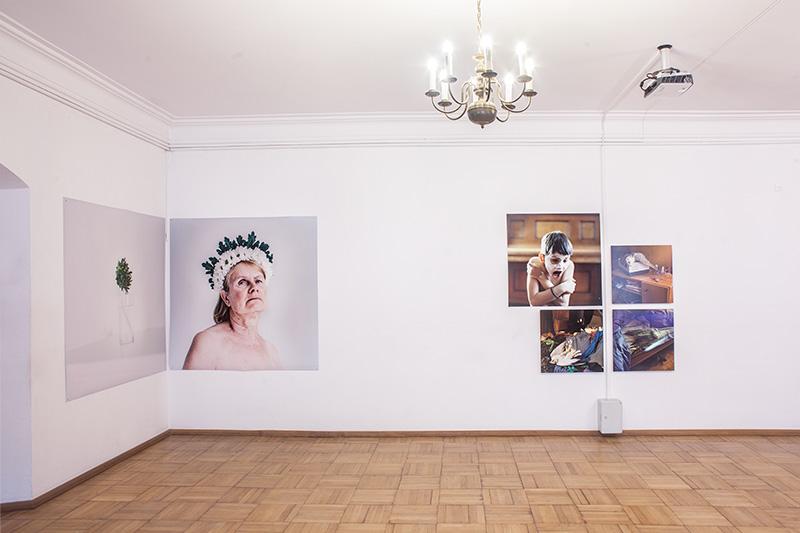 Urszula Kluz-Knopek, Mono no aware, widok wystawy. Fotografie pochodzą zróżnych cykli powstały między 2009 a2016 rokiem.