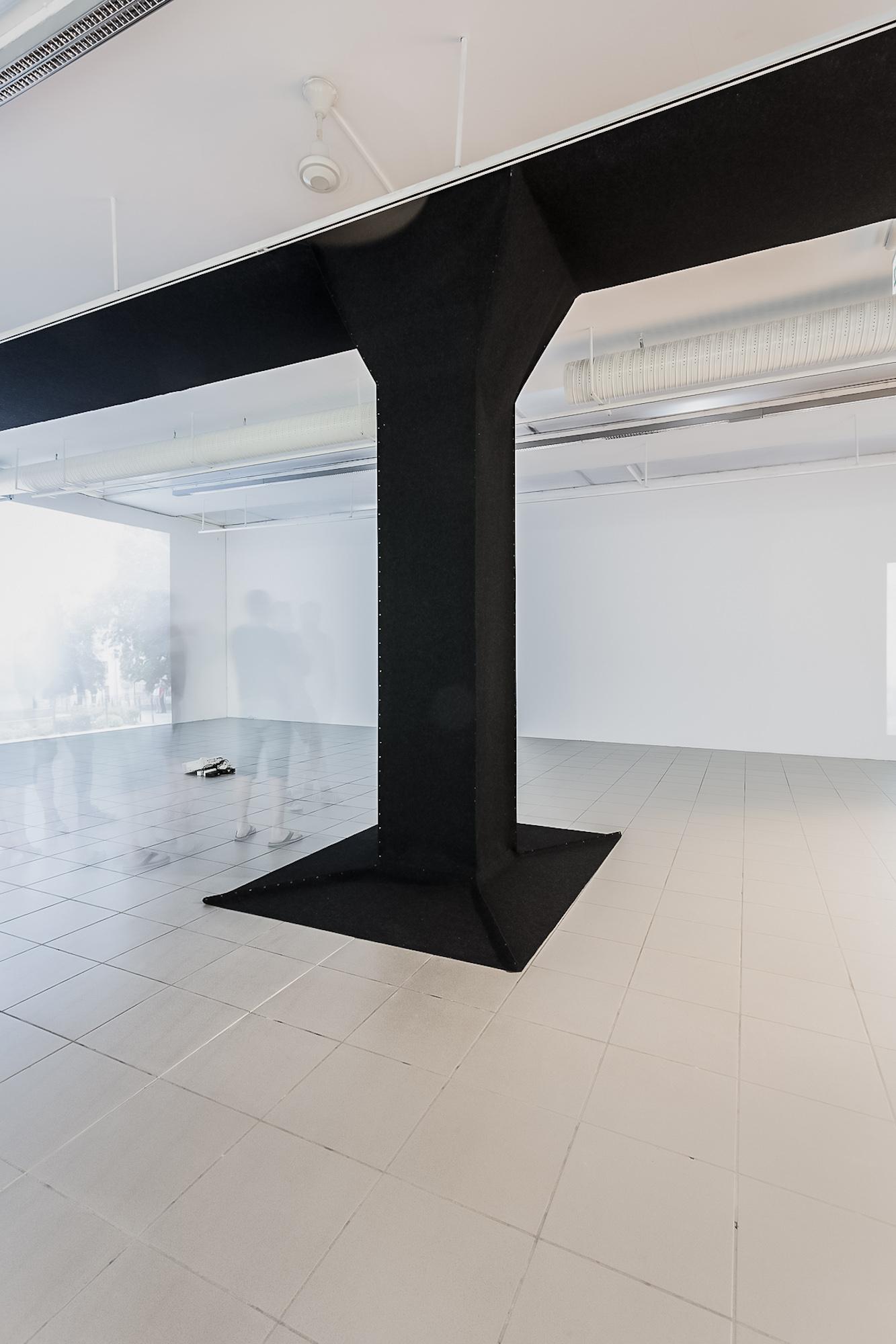Małgorzata Markiewicz, Czarna kolumna, obiekt, filc techniczny, 2016