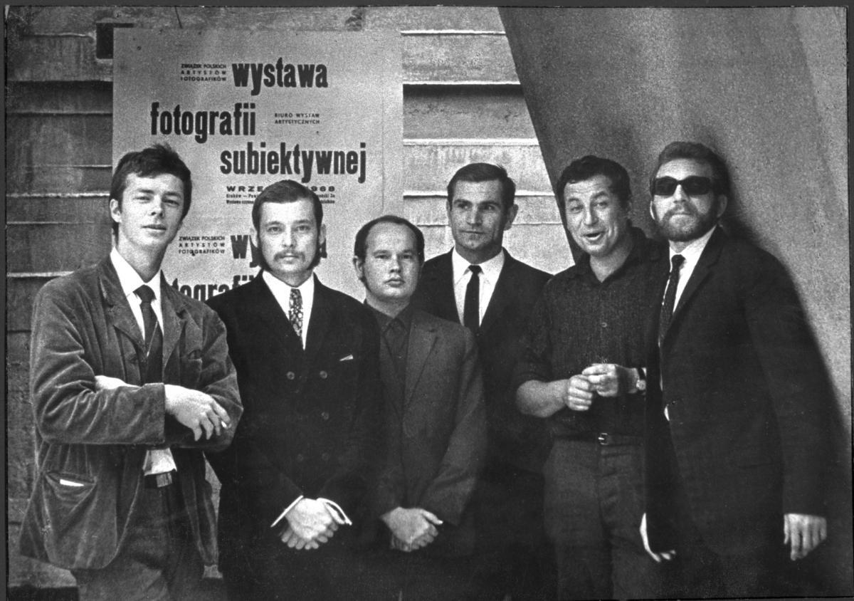 Członkowie grupy Zero-61 przedotwarciem wystawy fotografii subiektywnej wBWA wKrakowie, wrzesień 1968, kolekcja Józefa Robakowskiego / Galeria Wymiany