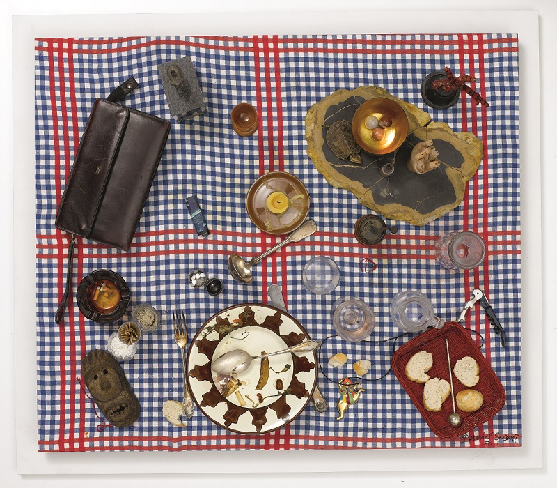 Daniel Spoerri, Fałszywy stół-pułapka – portret J. A. (Faux tableau piège - Porträt J. A.), 2007, asamblaż, 88 × 101 × 31 cm, dzięki uprzejmości D. Spoerri, LEVY Galerie, Hamburg