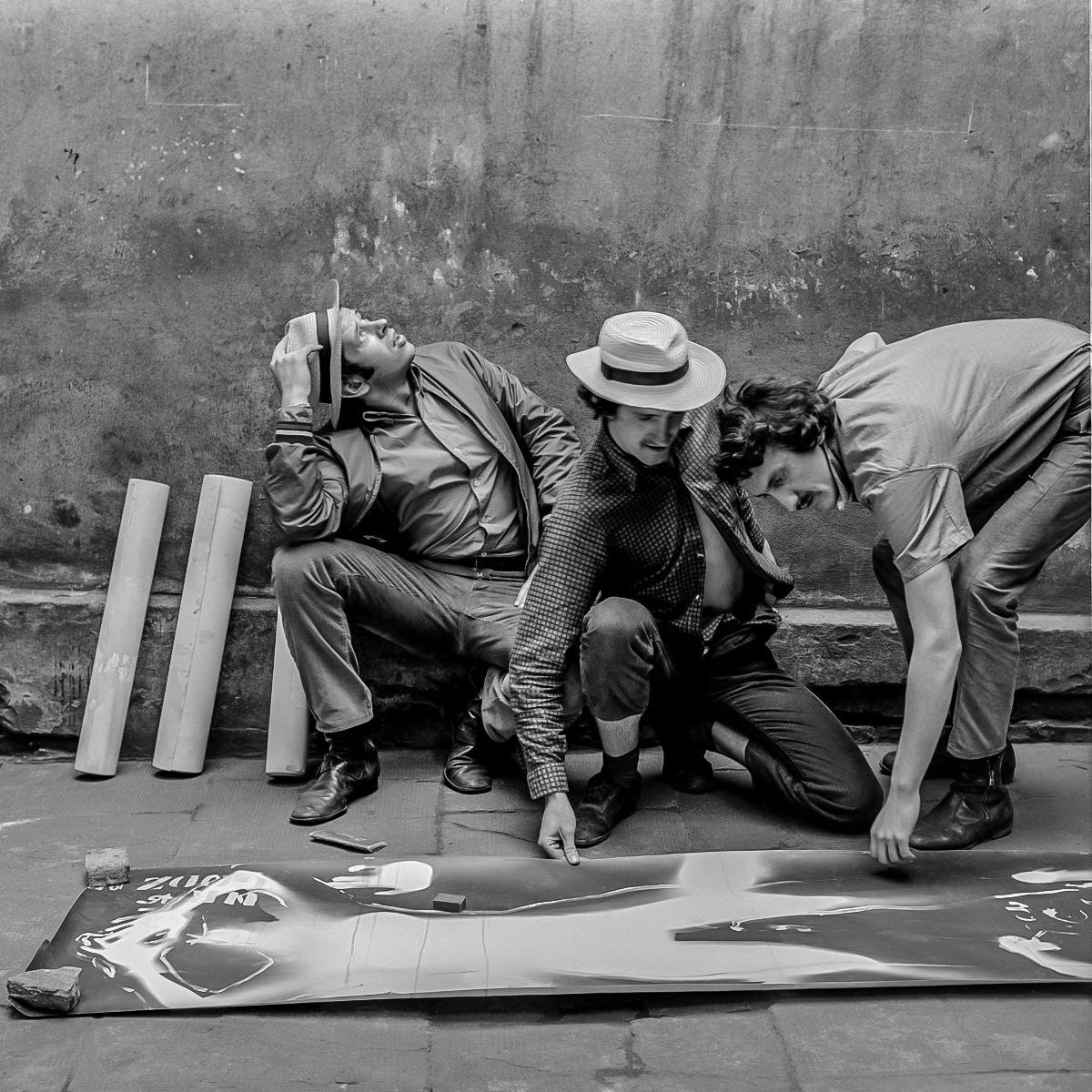 Członkowie Druga Grupy (odlewej: Jacek Maria Stokłosa, Wacław Janicki, Lesław Janicki) zfragmentem pracy Zapis Bromowy, 1970, fot.Jacek Maria Stokłosa