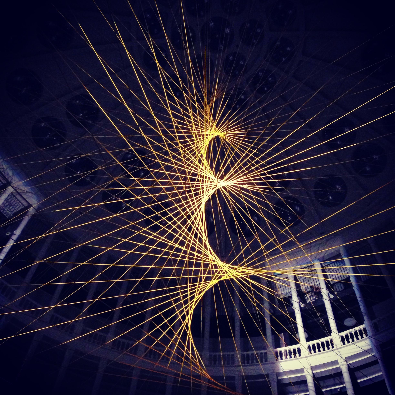 Wnętrze pałacu Ufficio Primo wtrakcie targów Art Yard Sale 2013. Nazdjęciu instalacja Spirala: Tribute toLeykam, wykonanie: Darek Błaszczyk iBartek Macias