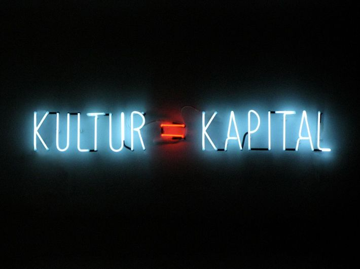 Alfredo Jaar, Kultur = Kapital, 2012, neon, 100 x 800 cm, Thomas Schulte Galerie, Berlin.