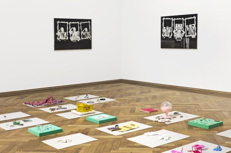 Paulina Olowska, Pavilionesque, Installationsansicht Krajské Bábkové divadlo v Rabce-Zdrój, 2013 Materialcollagen *Groteska II., Groteska I. * Gouache auf Leinwand Kunsthalle Basel 2013