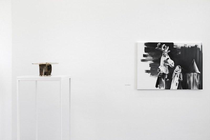 Paulina Olowska, Pavilionesque, Installationsansicht Bus Stop, 2013 Keramik Biały Łoś / The White Moose, 2013 Gouache auf Leinwand Kunsthalle Basel 2013