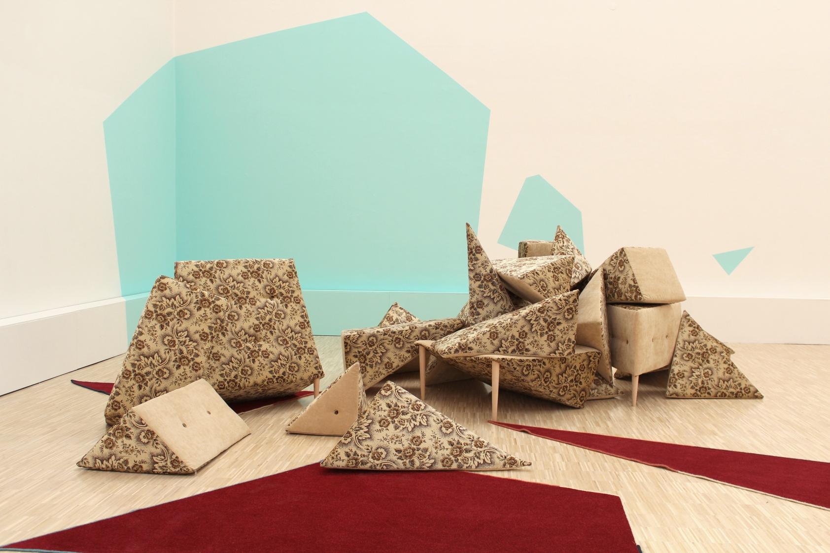25. Małgorzata Szymankiewicz, Komfortowa sytuacja, instalacja przestrzenna, tapicerka, gąbka, drewno, dywan, farba akrylowa, 2011_wystawa poręczne