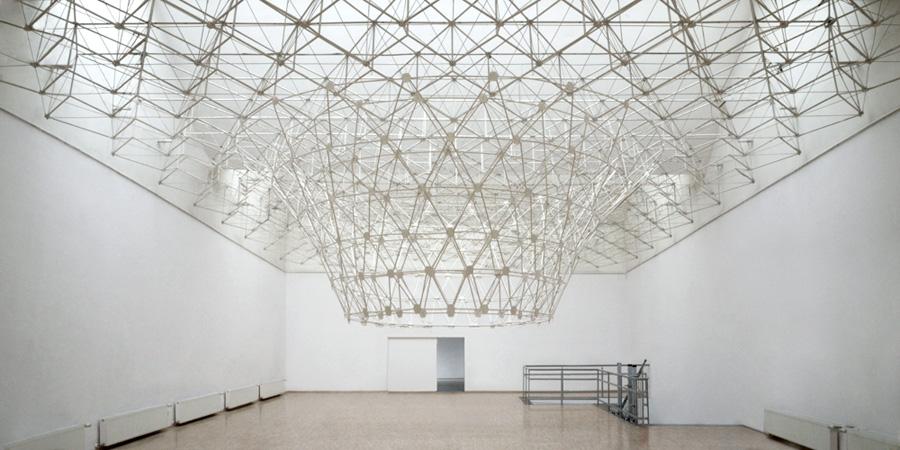 PLANT, Instalacja site-specific, mixed media. Rozrost sufitu galerii. Galeria Arsenał, Poznań, 2011
