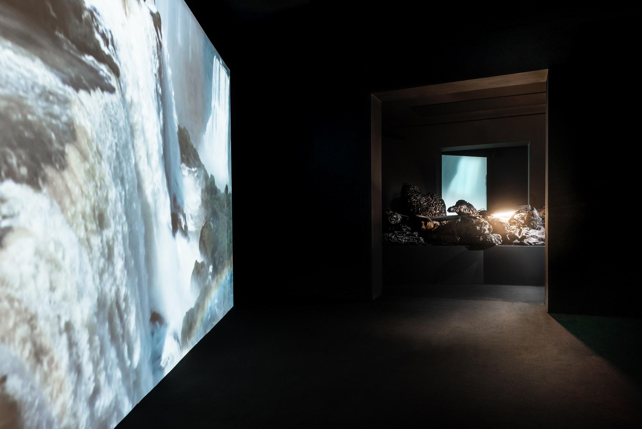 """Angelika Markul, """"Gardziel diabła"""", 2012,  instalacja wideorzeźbiarska. Fot.Bartosz Górka"""