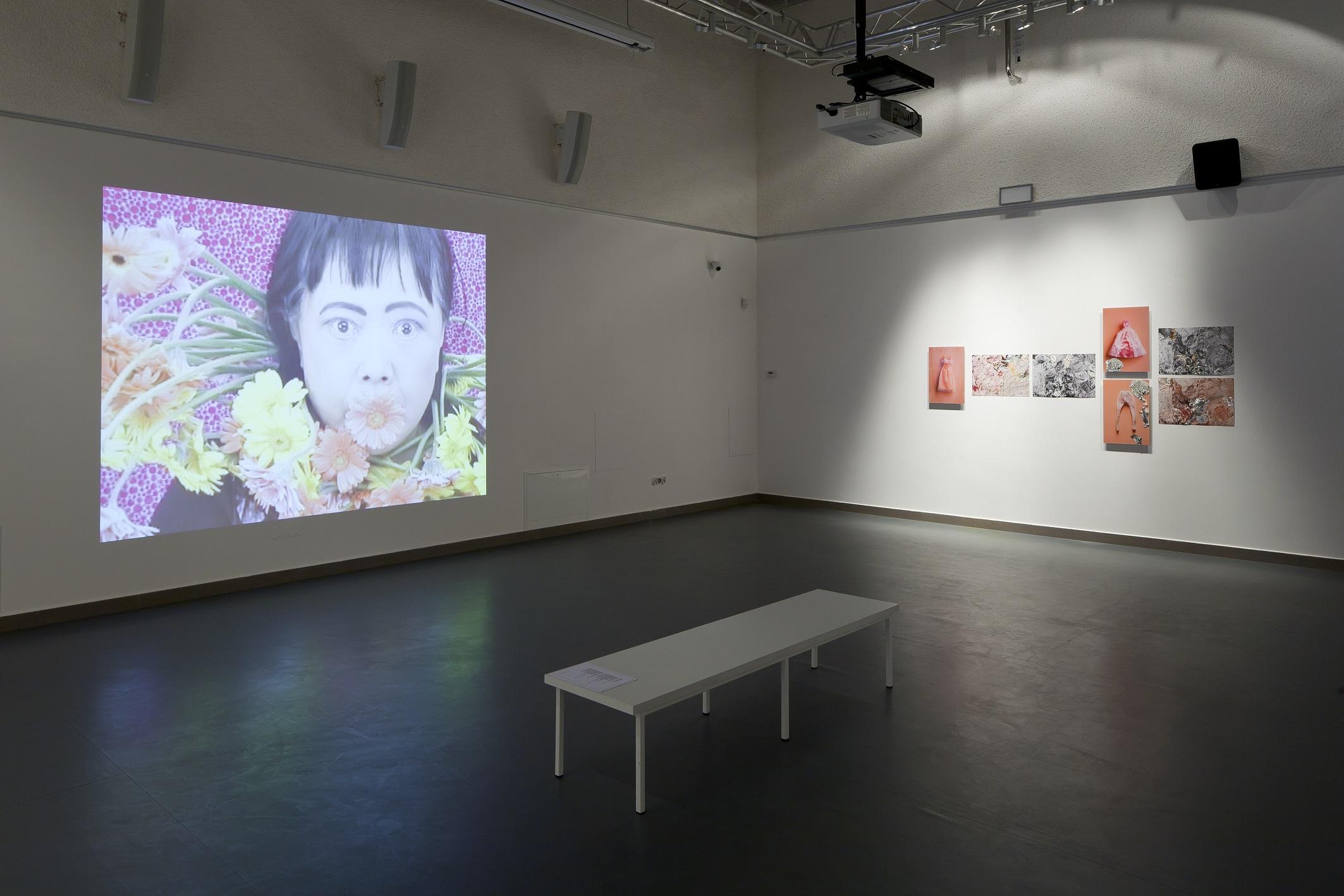 """Yayoi Kusama, """"Kwiatowa obsesja gerbery"""" KWIATOWA OBSESJA GERBERY wideo 1'21"""", 1999 dzięki uprzejmości artystki; Victoria Miro, London; Ota Fine Arts, Tokyo and Singapore; Yayoi Kusama Studio Inc. orazJadwiga Sawicka, """"Róże"""", akryl nafotografiach, cykl kolaży, 2013 fot.D. Rumiancew, archiwum BWA wTarnowie"""