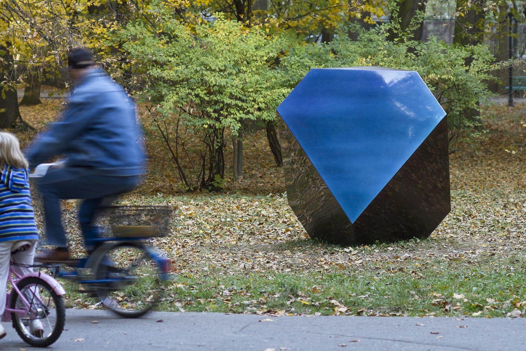 """Maurycy Gomulicki, """"Melancholia"""", rzeźba, 2013, Park Strzelecki, fot.D Rumiancew, archiwum BWA wTarnowie"""