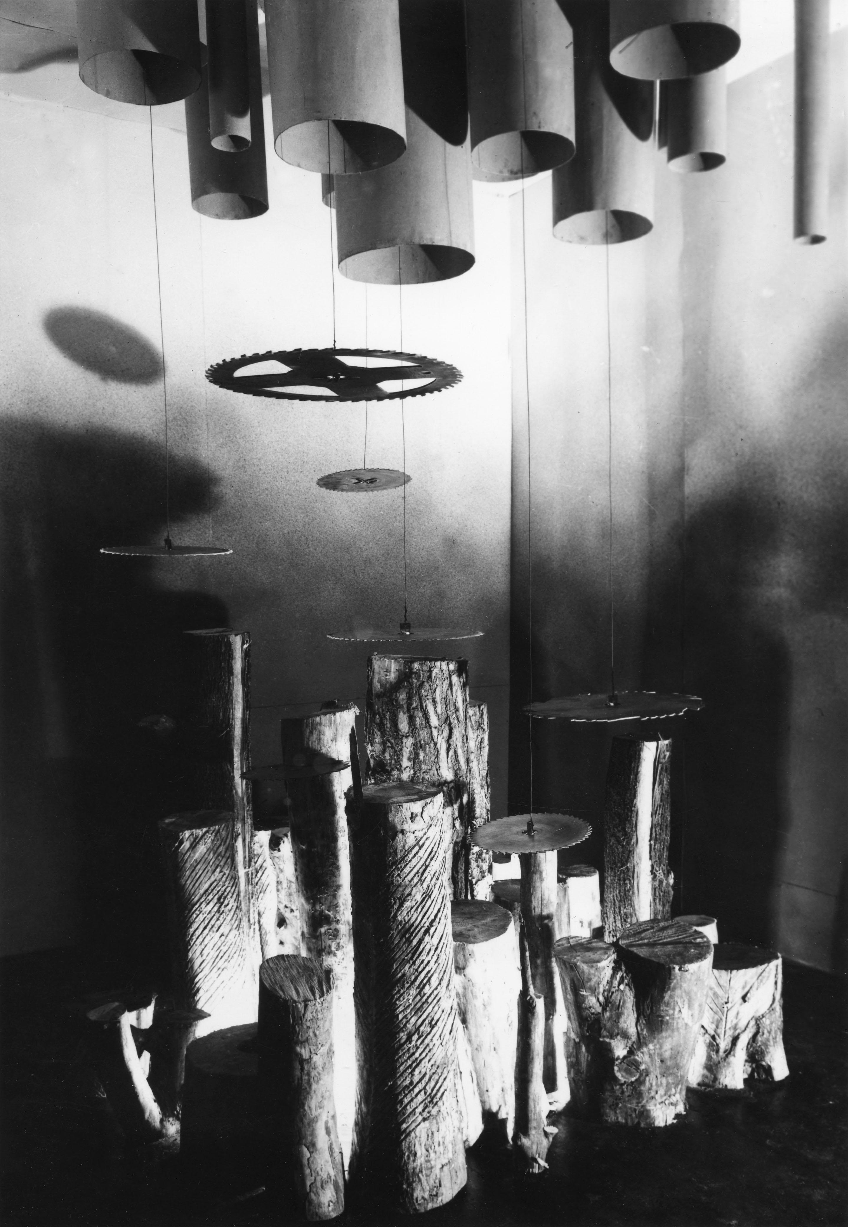 Widok instalacji Aranżacja przestrzenna Tadeusza Dobosza wramach wystawy Przestrzeń iwyraz, III Sympozjum Złotego Grona, 1967 rok. Fot.Bronisław Bugiel, 1967. Dzięki uprzejmości Muzeum Ziemi Lubuskiej wZielonej Górze