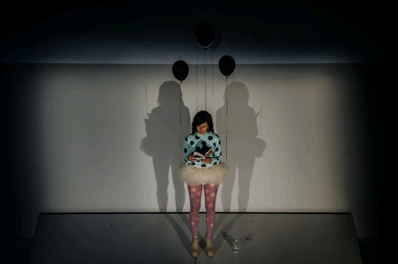 Prezentacja projektu The Book Lovers, MSN wWarszawie, czytanie fragmentu noweli Yayoi Kusama, Marta Ojrzyńska wkostiumie Braci, fot.StudioFILMLOVE