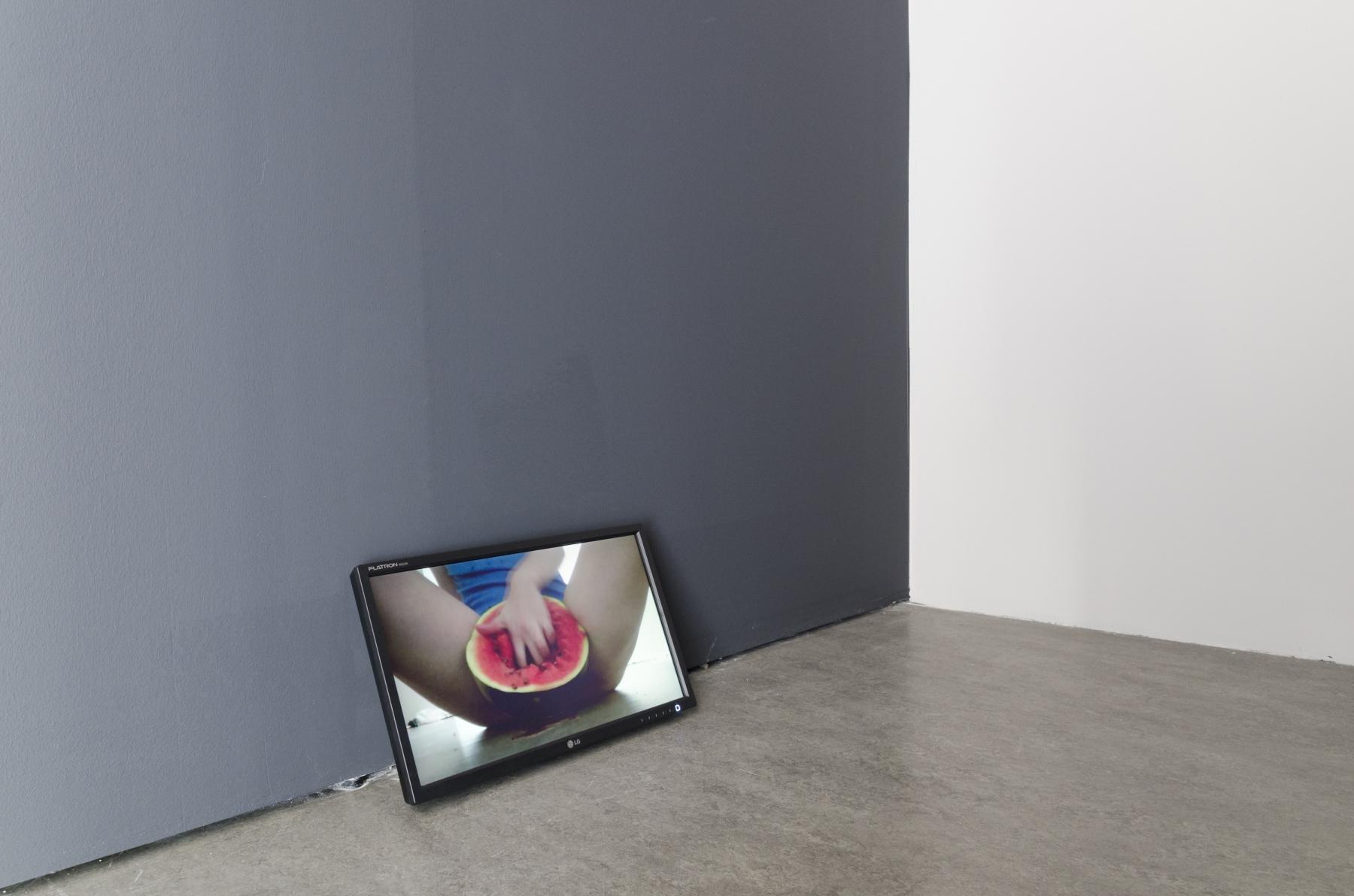 Liliana Piskorska, Robie sobie dobrze Sztuką (dokładnie jedną sztuką arbuza), 2012, wideoperformans