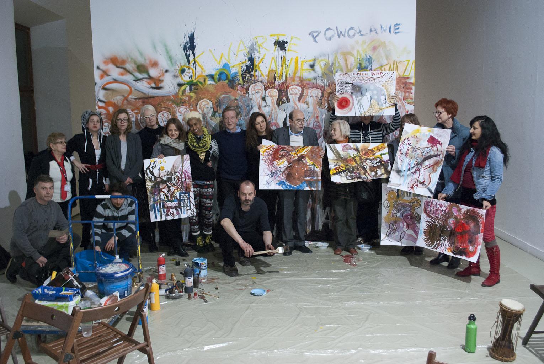Wspólne zdjęcie zdyplomami odWHCi, natle ich kolektywnego malowidła, 11.12.2013, fot.Gabriella Csoszó