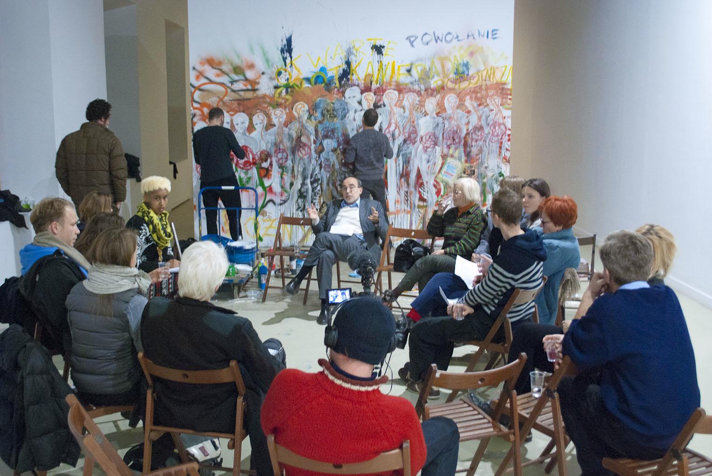 Dyskusja zudziałem pracowników idyrekcji, natle kolektywnego malowidła WHC, 11.12.2013, fot.Gabriella Csoszó