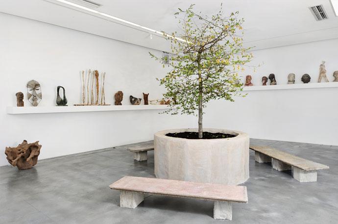 Goshka Macuga, When was Modernism?, widok instalacji, Iniva, zdjęcie: Thierry Bal, dzięki uprzejmości Iniva